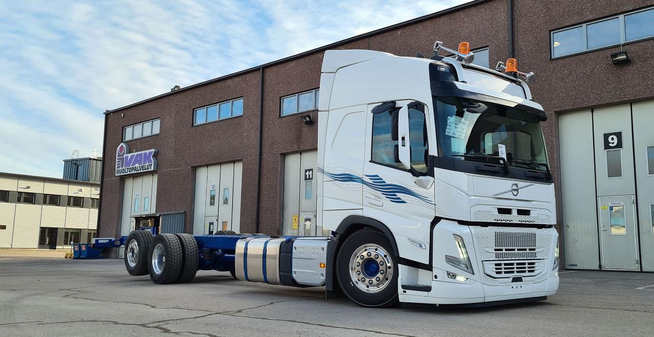 Holmströmin Volvo FM VAK:n pihalla maaliskuussa 2021. VAK:lla kuorma-autoon rakennetaan väliseinällinen FRC-pakastekori, joka mahdollistaa kahden eri lämpötilan elintarvikkeiden kuljetuksen.